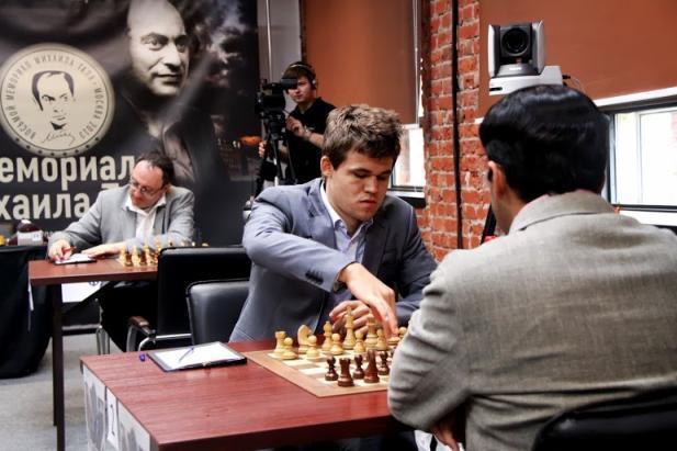 Carlsen vence a Anand y Gelfand (detrás) se prepara para vencer a Morozevich