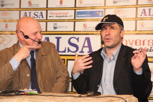 Ivanchuk feliz junto a Leontxo García, tras el tercer día de partidas en León