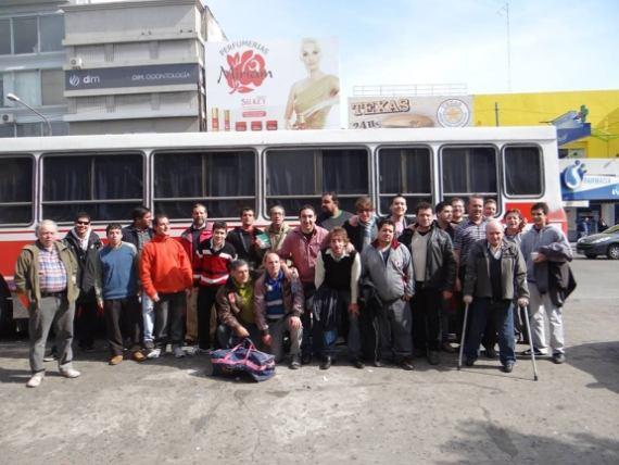 El equipo de FAOGBA junto al mciro que los trasladaría a la sede del match