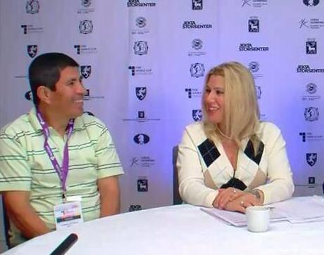 Susan Polgar entrevistando a Julio Granda tras los desempates