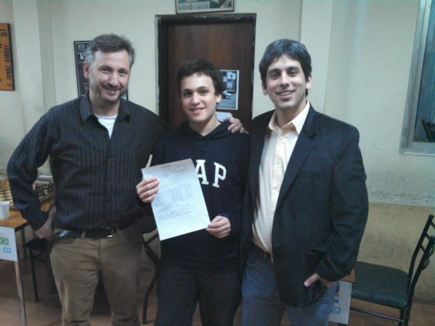 El MF Alan Pichot (al centro) recibe su definitiva norma de MI. A la izq, el GM Ariel Sorin, y a la derecha, el AI Leandro Plotinsky