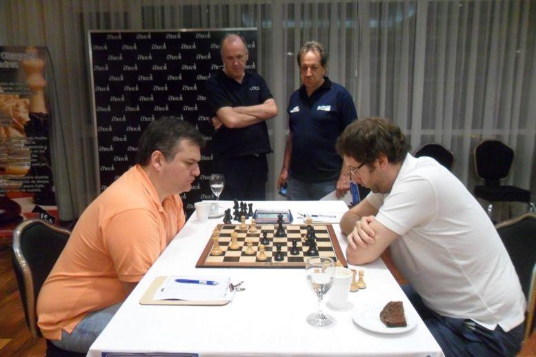 Lorenzini vs Felgaer. Observan la partida, el Ing.Mario Petrucci y Raul Bittel