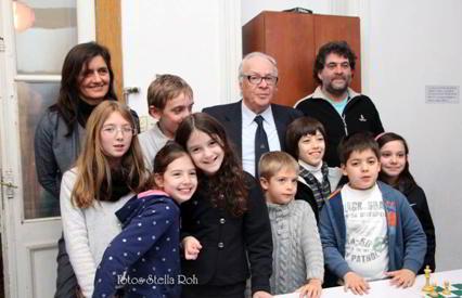 Oscar Panno, junto a Marina Rizzo y Ernesto Juliá, y los pequeños alumnos de la escuela