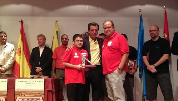El Alcalde, Juan Fernández, entrega la tradicional Cabria de Linares a Miguel Ángel del Olmo y Sergio Trigo, delegados del Sestao Naturgás.