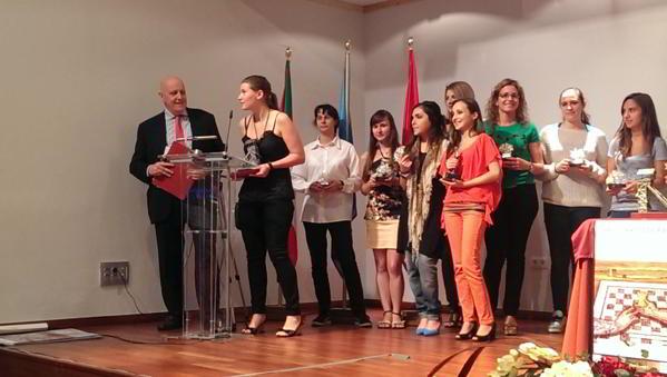 Anastasia Sávina, ganadora del torneo, se dirige al público con las demás jugadoras al fondo.