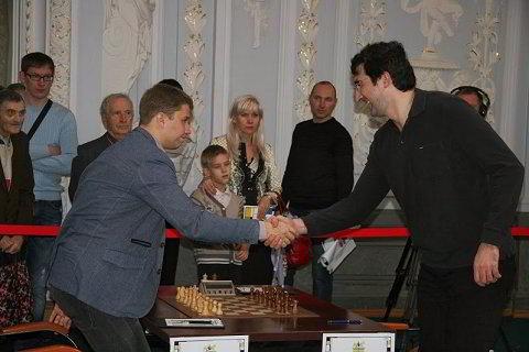 Kramnik firmando autógrafos