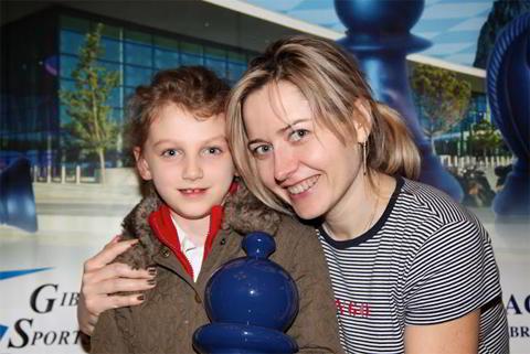 Natalia Zhukova junto a su pequeña hija