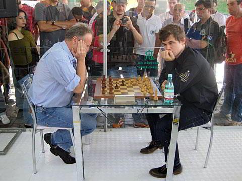 Gilberto Milos (50, Brasil, Elo 2583, 6 veces campeón de Brasil) cosechó las únicas tablas cedidas por el campeón mundial hasta ahora en esta prueba, en su segunda partida de 5 minutos.