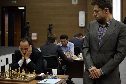 Aronian, observa detenidamente la partida de Topalov - Kramnik