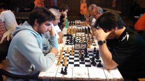En la foto, con blancas, Rafael Miranda, 1er tablero del equipo de Las Flores