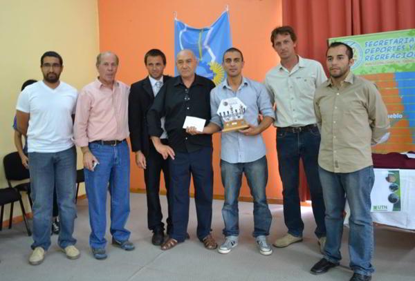 Lucas Liascovich con el trofeo del triunfador- Trevelin 2014