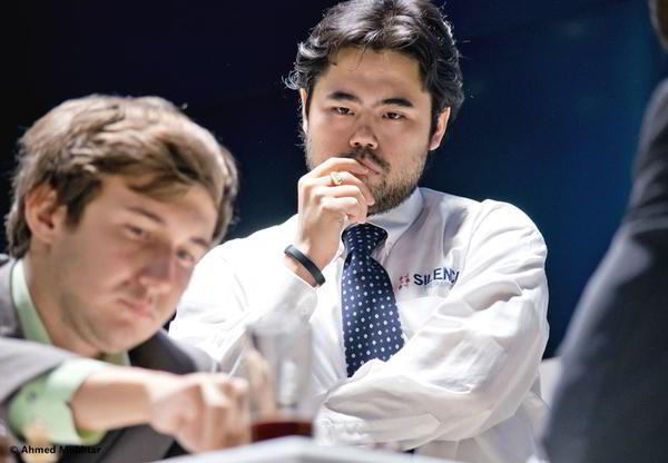 Hikaru Nakamura observando la partida de Sergey Karjakin.