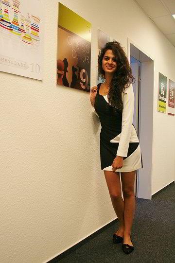 Tania Sachdev, con el vestido diseñado por su hermana
