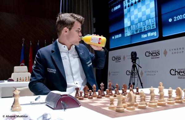 Magnus Carlsen bebiendo jugo de frutas