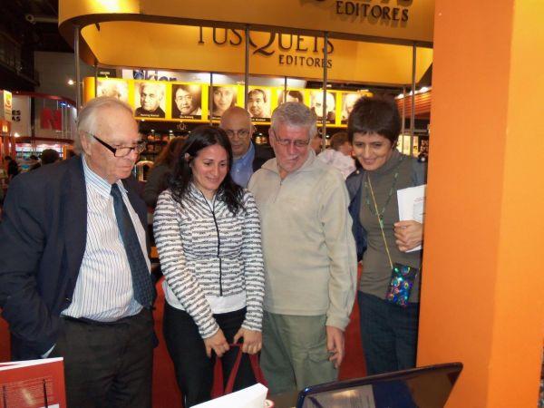 Oscar Panno, Juan Sebastián Morgado y Marina Rizzo, en el stand de Editorial Dunken