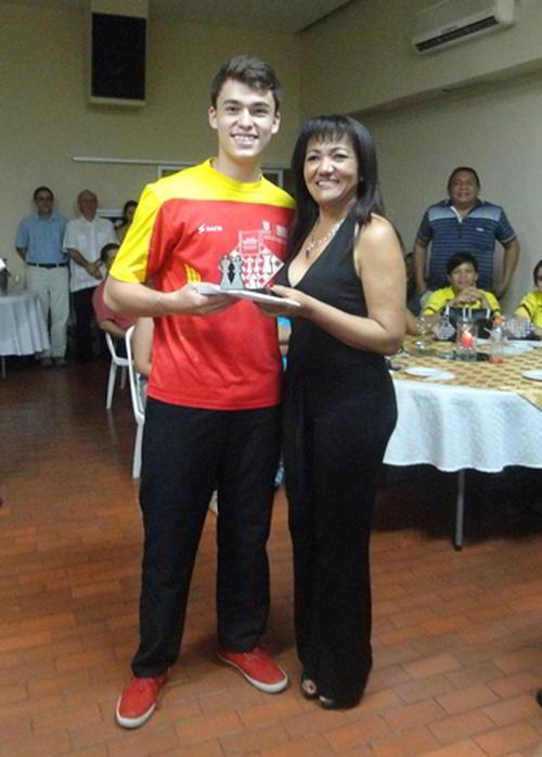 Joshua Ruiz recibiendo los 2'700,000 de la Organización de premio como campeón