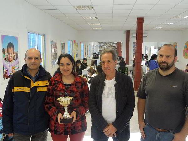 Mario Tejera (Coach de Obras Aysa) junto a Anahí Meza, Mario Petrucci y personal de la SECH