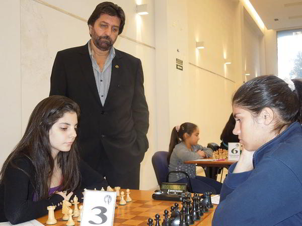 La campeona argentina, F. Fernández (blancas) cayó ante la puntana G. Besso; observa el árbitro del certamen, Blas Pingas