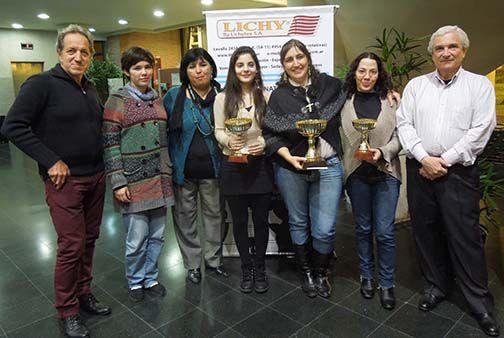 Las cuatro mujeres que van a Tromos, A. Martíenz (5ª clasificada), B. Liendro (árbitro), F. Fernández, C. Amura y M. Zuriel (campeonas argentinas en 2013, 2014 y 2012), junto a Petrucci (Pte. de la FADA) y Eduardo Moccero (Organización Marcel Duchamp)