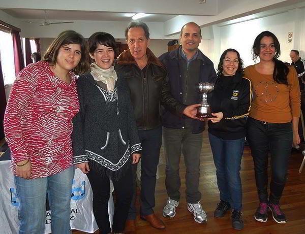 Los equipos de San Isidro y Obras-Aysa, junto al Presidente de la Liga, Mario Petrucci y el Coach de Obras, Mario Tejera.