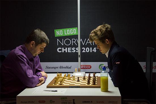 Magnus Carlsen perdió una gran chance de ser puntero, al no lograr vencer a Svidler.