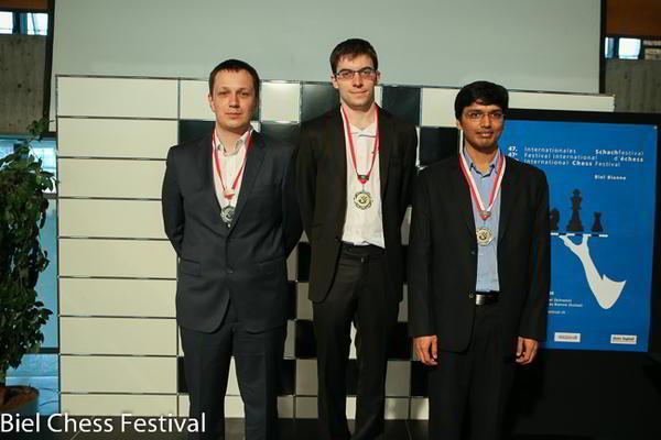 Wojtazsek, Vachier Lagrave y Harikrishna (2do, 1ro, y 3ro) en Biel 2014