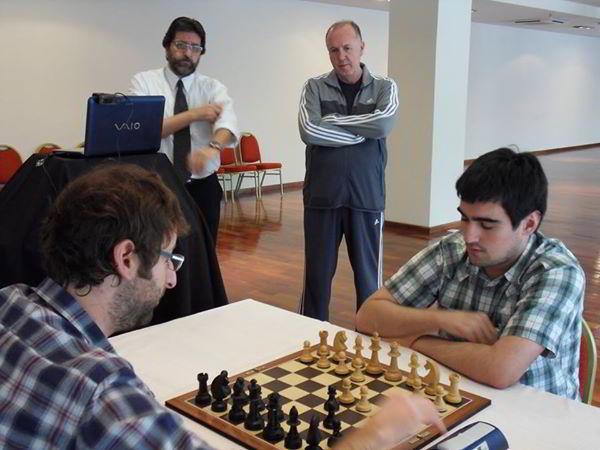 La primera partida del desempate entre Felgaer y Perez Ponsa. Observan Blas Pingas y Raul Bittel