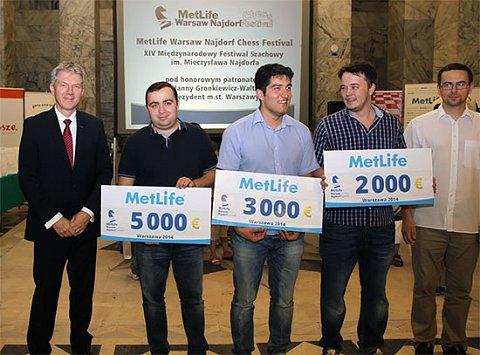 El podio del abierton: Tigran Petrosian, primero, ganó 5000 euros; Vasif Durarbayil fue segundo y Aleksandr Shimanov, tercero.