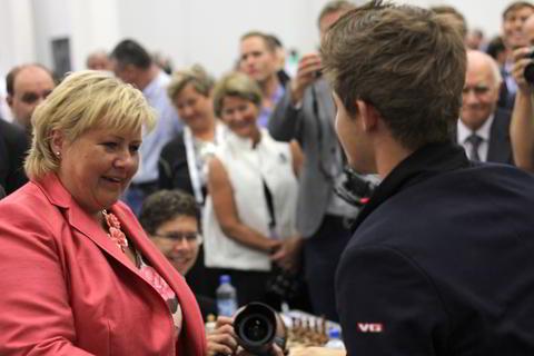 Magnus Carlsen saluda a la Primer Ministro de Noruega