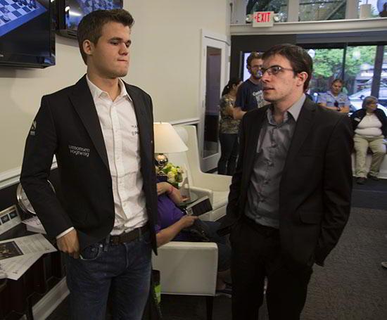 Carlsen y Vachier Lagrave, conversando tras la partida