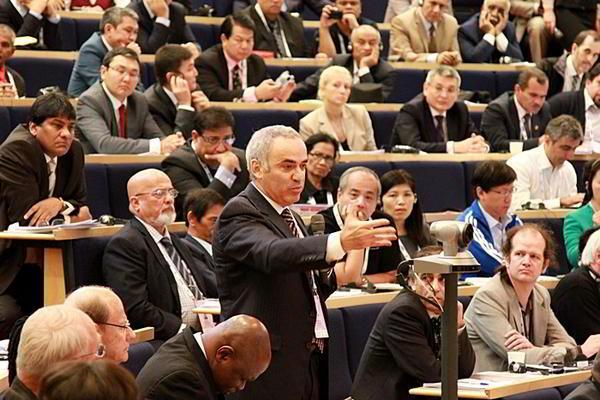 Kasparov habla ante la Asamblea General de la FIDE