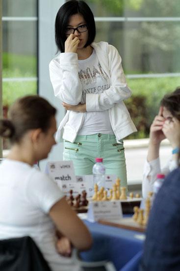 La campeona del mundo Hou Yifan observando una partida
