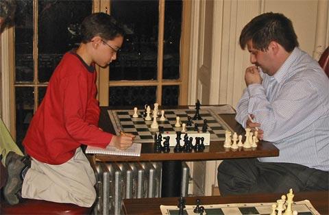 El chico de once años, jugando en el Club de Ajedrez Marshall contra el MI Yury Lapshun