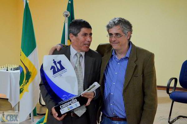 Julio Granda, siempre vencedor, junto a Darcy Lima (presidente CBX)