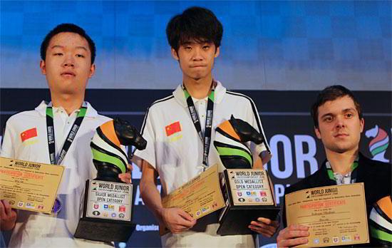 El podio de la prueba absoluta: oro para Lu Shanglei (centro), plata para Wei Yi (izquierda) y bronce para Vladimir Fedoseev (derecha)