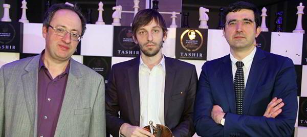 Grischuk campeón (al centro), flanqueado por Gelfand (izq) y Kramnik (der)