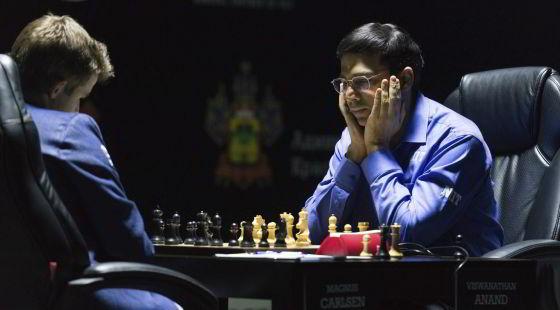 Carlsen y Anand en la partida de este viernes. / YEVGENY REUTOV (EFE)