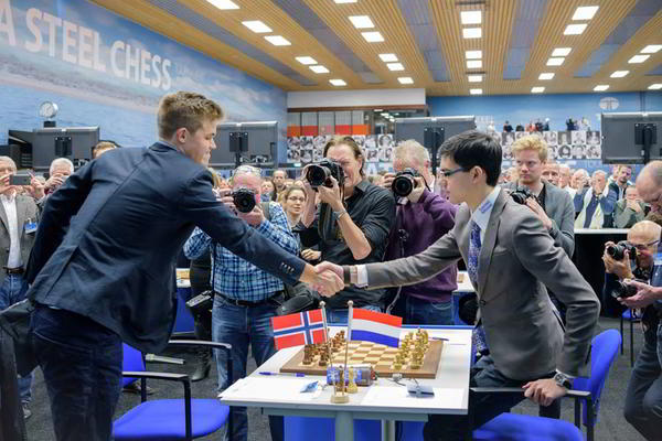 Carlsen y Giri y el saludo formal antes del comienzo del juego