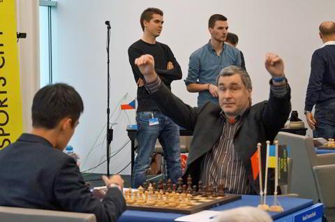 """Vasily Ivanchuk y su """"manos a la obra"""" antes de comenzar el juego"""