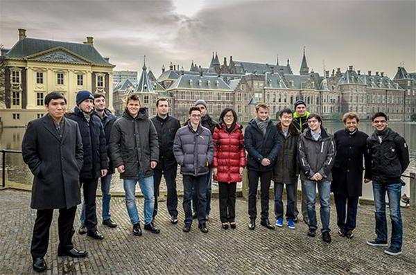 Los jugadores del grupo Masters de visita en La Haya para disputar la décima ronda: So, Radjabov, Jobava, Carlsen, Wojtaszek, Caruana, Ivanchuk, Hou, Saric, Ding Liren, van Wely, Vachier-Lagrave, Aronian y Giri (Foto: Alina l´Ami)