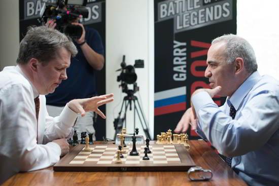"""Kasparov y Short durante un análisis """"postmortem"""""""