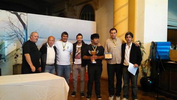 El equipo vencedor de la edición 2015, junto a las autoridades del torneo