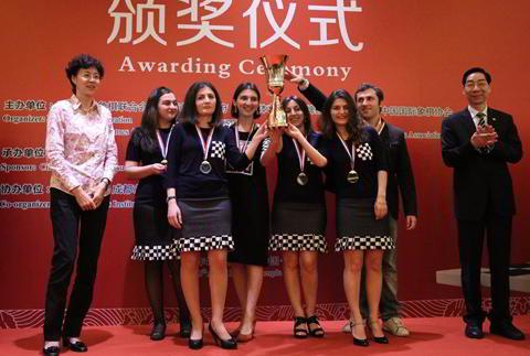 Las campeonas georgianas subiendo el trofeo