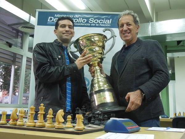 Yuniesky Quesada, ganador de la Copa Mercosur 2015, junto a Mario Petrucci, Presidente de FADA y del Círculo de Ajedrez de Villa Martelli