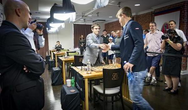 Carlsen y Vachier Lagrave se dan la mano