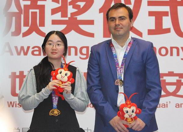 Zhongyi Tan y Shakhriyar Mamedyarov, vencedores del torneo rápido de los Juegos de la Mente de ajedrez (élite). | foto: FIDE