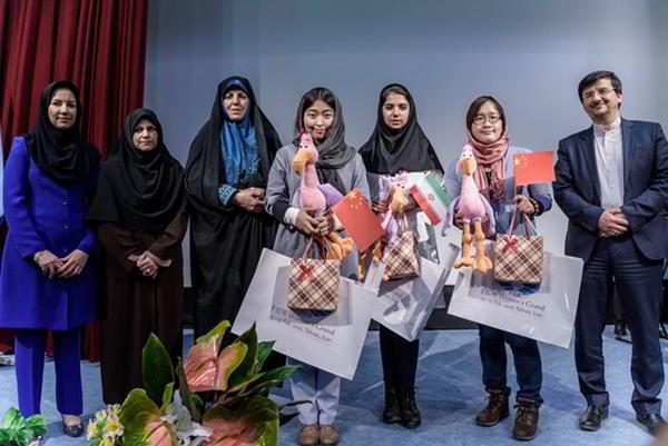 Los organizadores y las tres primeras con sus premios: Ju Wenjun (ganadora), Saradat Khademalsharieh (subcampeona) y Zhao Xue (tercera)