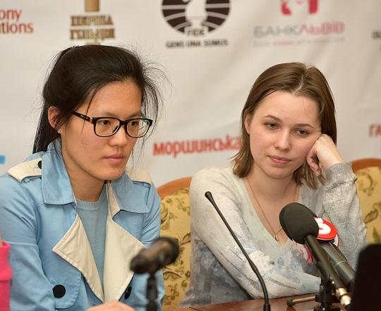 Hou Yifan y Mariya Muzychuk en la conferencia de prensa post-partida